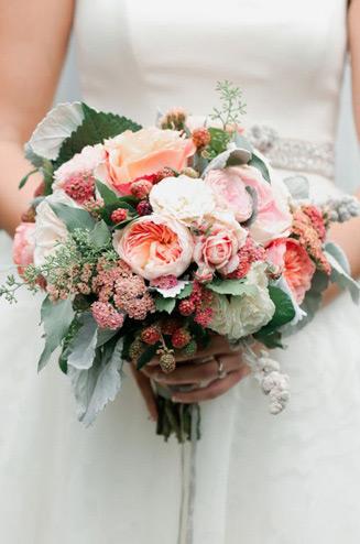 Букет невесты из пионовидных роз и роз
