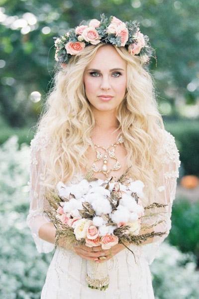 Свадебные причёски с цветами на длинные волосы